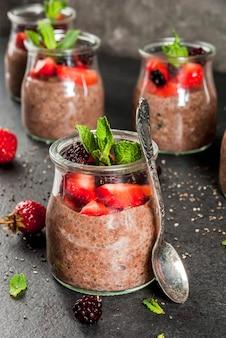 Gesundes veganes frühstück. dessert. alternatives essen. pudding mit chiasamen und frischen beeren