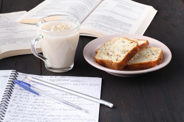 Gesundes veganes frühstück. haferflockenmüsli mit hafermilch und beeren über holztischhintergrund. sauberes essen, gewichtsverlust, vegetarisches rohkostkonzept
