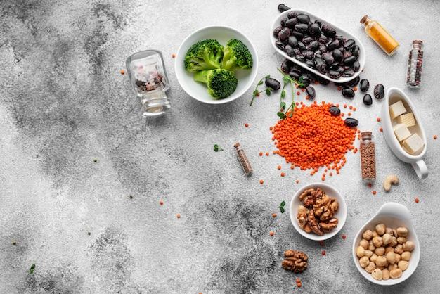 Gesundes veganes lebensmittel auf einem konkreten hintergrund