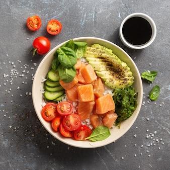Gesundes veganes lebensmittelkonzept sackschale mit lachs, avocado, gemüse und chiasamen