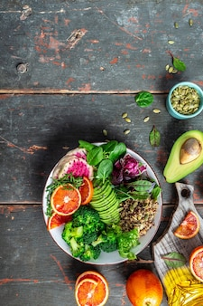 Gesundes veganes mittagessen buddha bowl salat mit obst, gemüse und samen. veganes, entgiftendes grünes buddha-schüsselrezept.