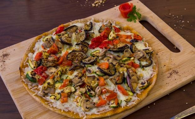 Gesundes veganes vollkorngemüse und pilz-pizza