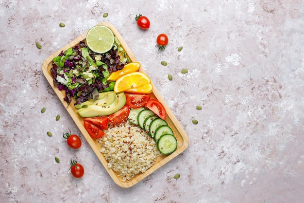 Gesundes vegetarisches ausgewogenes nahrungsmittelkonzept, frischer gemüsesalat, buddha-schüssel