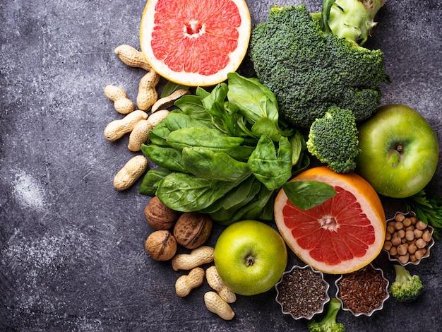 Gesundes vegetarisches essen. gemüse, obst, samen und nüsse. selektiver fokus