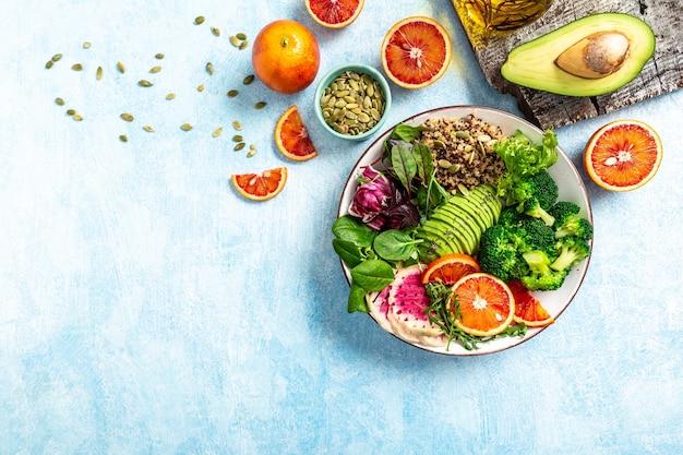 Gesundes vegetarisches gericht mit gemüse, früchten und samen. buddha-schale. ausgewogenes essen. leckere entgiftungsdiät.