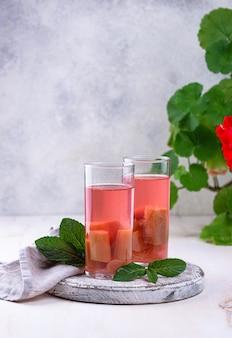 Gesundes vitamin-rhabarber-sommergetränk