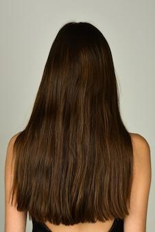 Gesundheit langes haar konzept haarbehandlung frau haare zurück