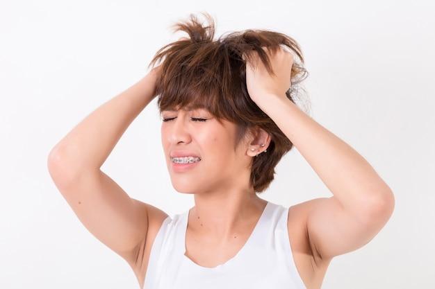 Gesundheit und schmerz. gestresste erschöpfte junge frau mit starken spannungskopfschmerzen. konzept für gesund und medizinisch