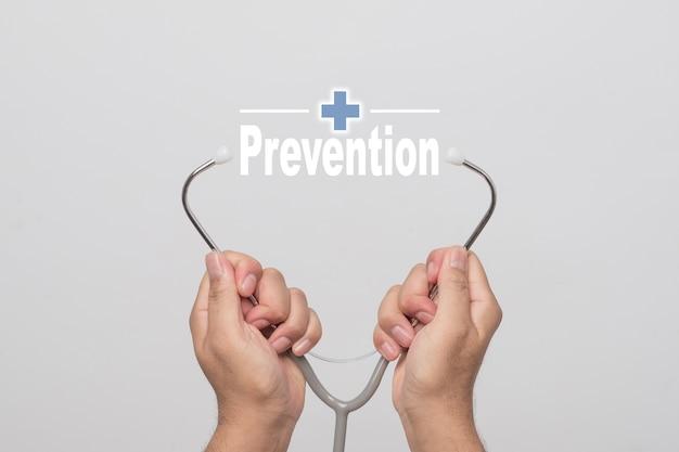 Gesundheits-konzept. behandeln sie die hände, die ein stethoskop und ein wort