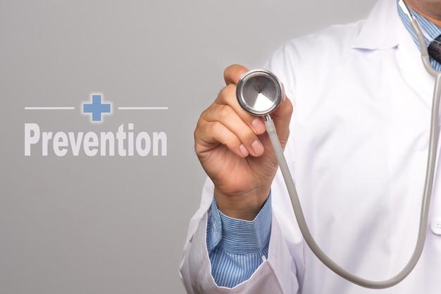 Gesundheits-konzept. doktor, der ein stethoskop und ein wort