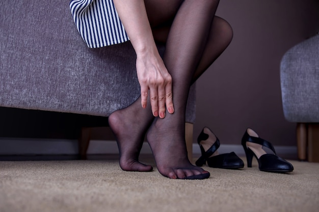 Gesundheits-konzept. geschäftsfrau, die unter den schmerz im knöchel oder im fuß leidet