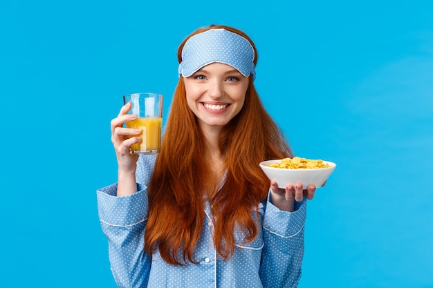 Gesundheits-, lebensmittel- und diätkonzept. ziemlich glamour foxy teenager-mädchen in nachtwäsche