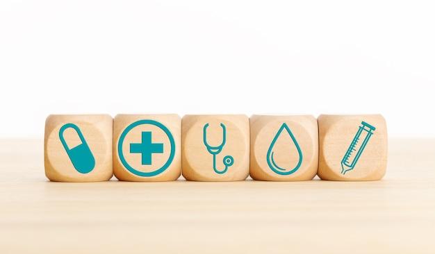 Gesundheits- oder medizinkonzept. holzblöcke mit medizinischem symbol auf tisch. speicherplatz kopieren