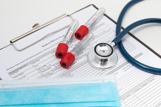 Gesundheits- und medizinisches hintergrundkonzept. covid 19-impfstoff oder coronavirus-impfstoff mit nadel, vorbereitung für die injektion