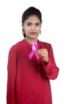 Gesundheits- und medizinkonzept - junge frauenhände, die rosa brustkrebs-bewusstseinsband halten