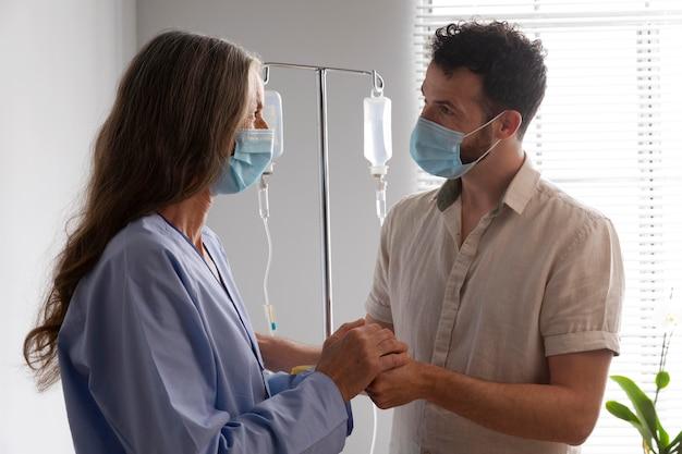 Gesundheitshelferin mit patientin