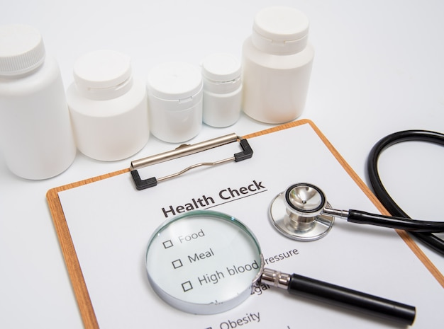 Gesundheitskonzept mit klemmbrett und gesundheitscheck bezog sich einzelteile.