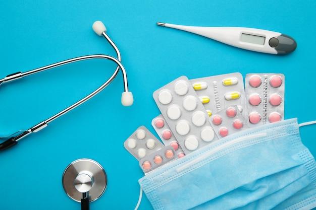 Gesundheitskonzept mit medizin und stethoskop