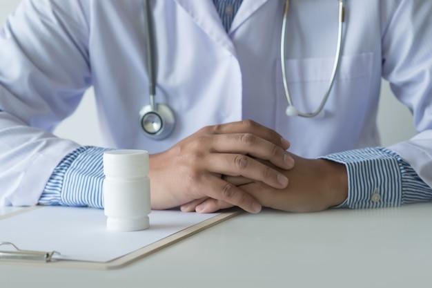 Gesundheitspflege, die am drugstore pack geburtenkontrollepillen-apotheke drogerie hält