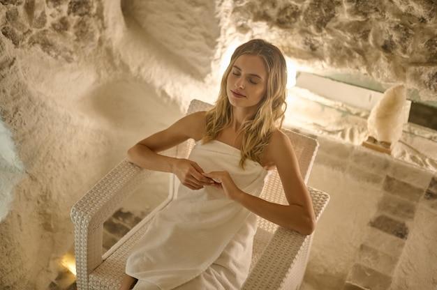 Gesundheitspflege. eine junge blonde frau beim atmen in einer salzkammer