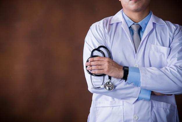 Gesundheitspflegemann, berufsdoktor, der im krankenhausbüro oder in der klinik arbeitet