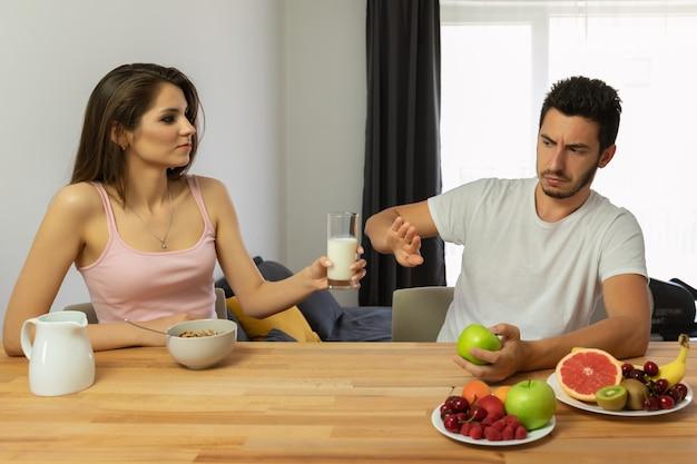 Gesundheitsprobleme, laktoseintoleranz. schäden durch milchprodukte.