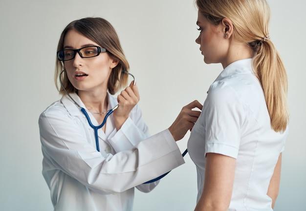 Gesundheitsprobleme patientin und professioneller arzt brille modell stethoskop