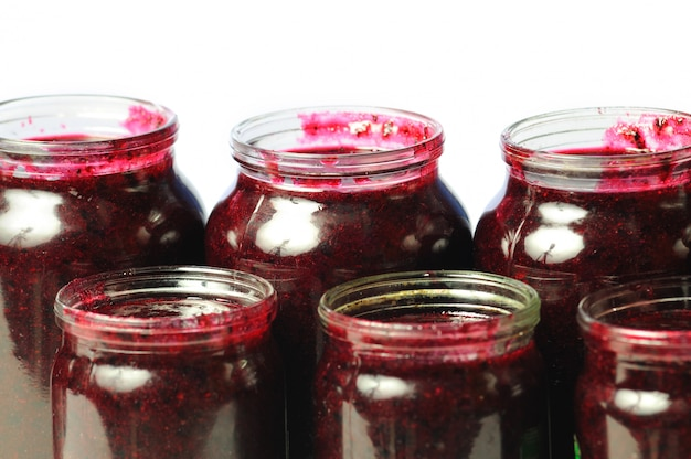 Gesundheitsspendende vitamine in dosen in gläsern