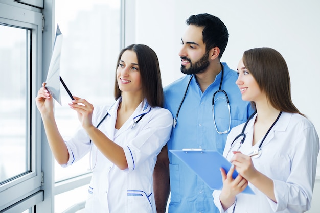 Gesundheitsvorsorge. ärzteteam, das alle zusammen am krankenhaus arbeitet. ärzteteam.