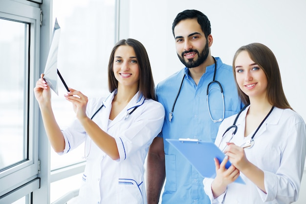 Gesundheitsvorsorge. ärzteteam, das alle zusammen am krankenhaus arbeitet.
