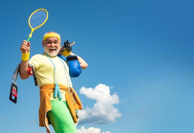 Gesundheitswesen fröhlicher lebensstil fit älterer mann, der sich ausruht, nachdem er einen gesunden und sportlichen älteren mann trainiert hat...