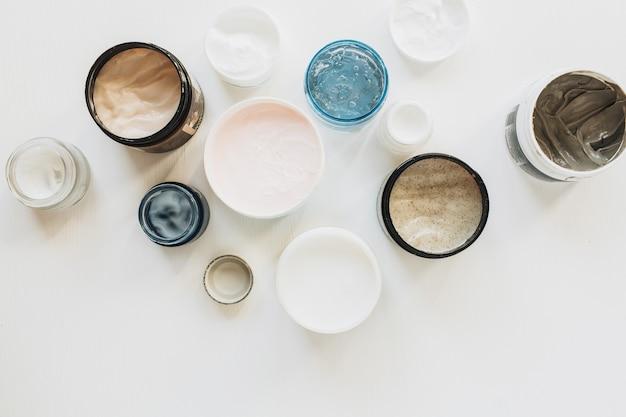 Gesundheitswesen, spa-collage mit cremesortiment lokalisiert auf weiß