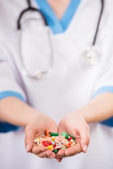 Gesundheitswesen und medizin. nahaufnahme von doktor pillen halten.