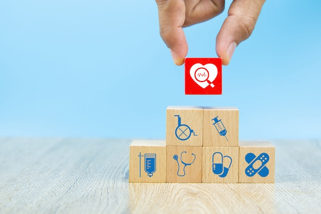 Gesundheitswesen und medizinische symbole auf holzklötzen für krankenversicherungskonzepte.