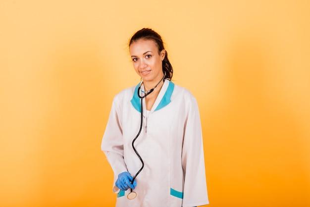 Gesundheitswesen und medizinisches konzept - afrikanischer arzt, der spritze mit injektion oder stethoskop hält