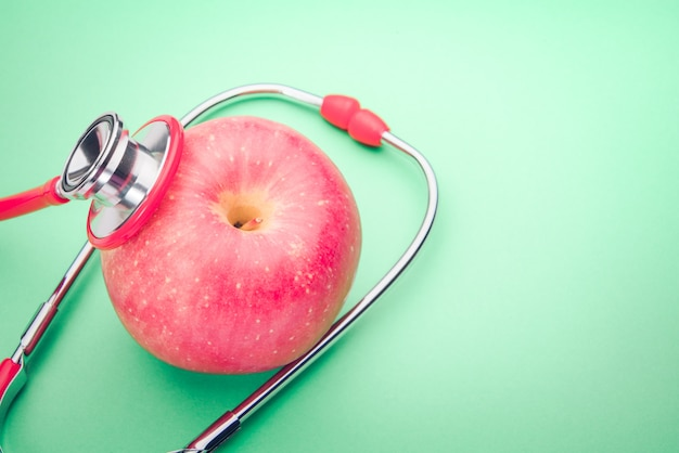 Gesundheitswesen- und medizinstethoskop und rotes herzsymbol gesund und versicherung