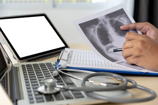 Gesundheitswesenschreibensverordnung doktor, der mit laptop-computer arbeitet