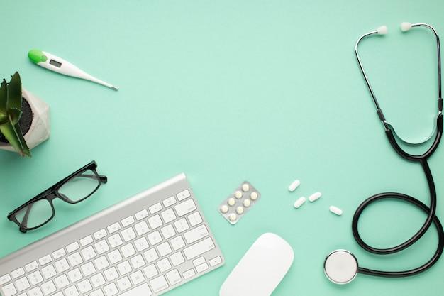 Gesundheitswesenzubehör mit modernen geräten auf grünem hintergrund