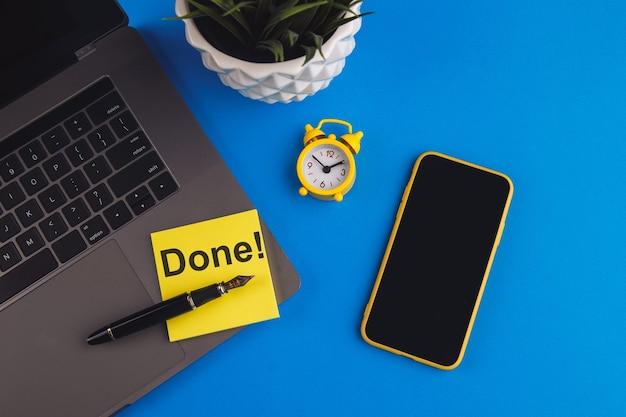 Getan! - nachricht auf gelber haftnotiz. unternehmensfinanzierung, bildungskonzept.