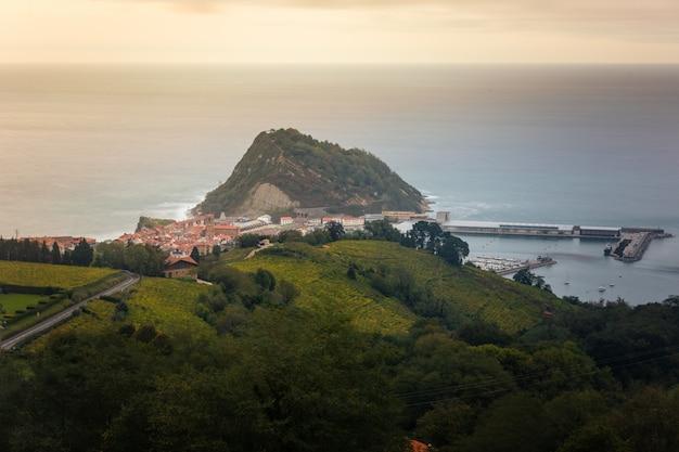 Getaria, fischerdorf an der baskischen küste.