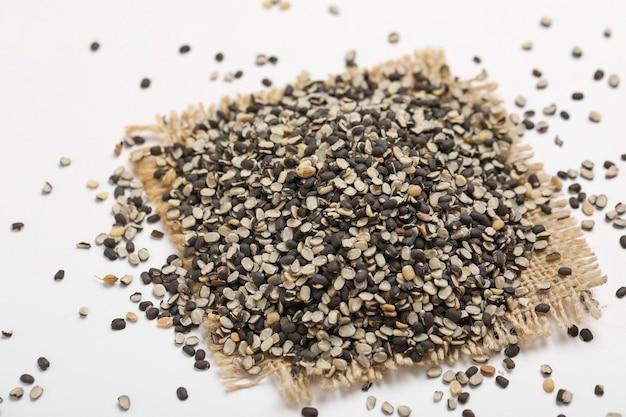 Geteilte schwarze linse auch bekannt als schwarzes gramm, schwarzer urad dal, vigna mungo, urad bohne,