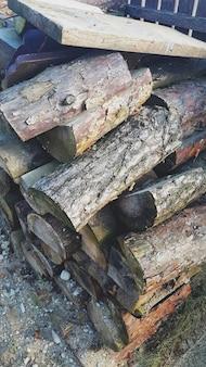Geteiltes brennholz in einem holzstapel gestapelt