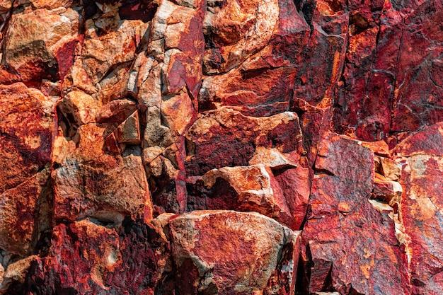 Getönte gebirgsbeschaffenheit. üppiger lava-farbtrend 2020. helle bunte felsstruktur für ihr design.