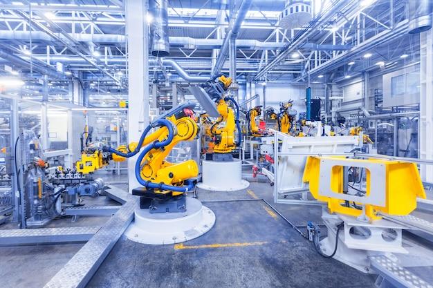 Getönten schuss von robotern in einer autofabrik