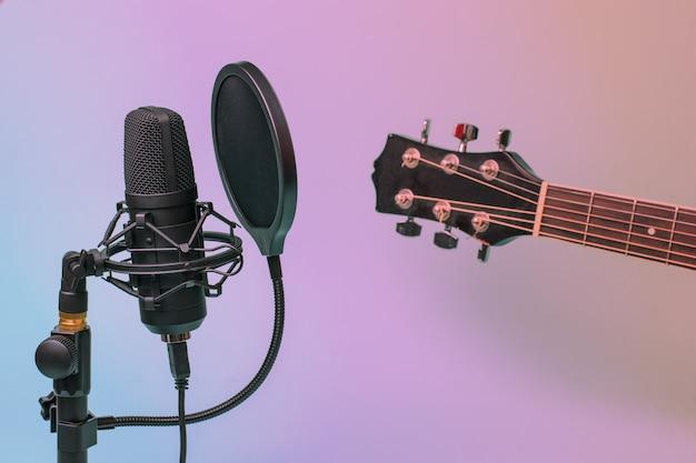 Getöntes bild eines gitarrenhalses und eines modernen mikrofons