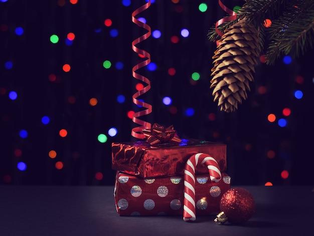 Getöntes bild eines weihnachtsbaumes und der geschenke.