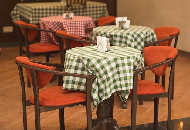 Getöntes foto des italienischen restaurantinnenraums