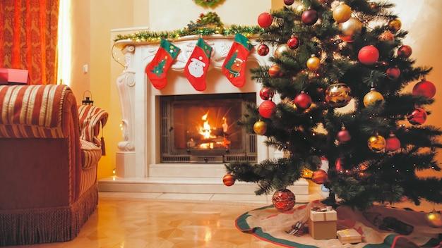 Getontes bild von schön dekoriertem interieur für weihnachten und neujahr