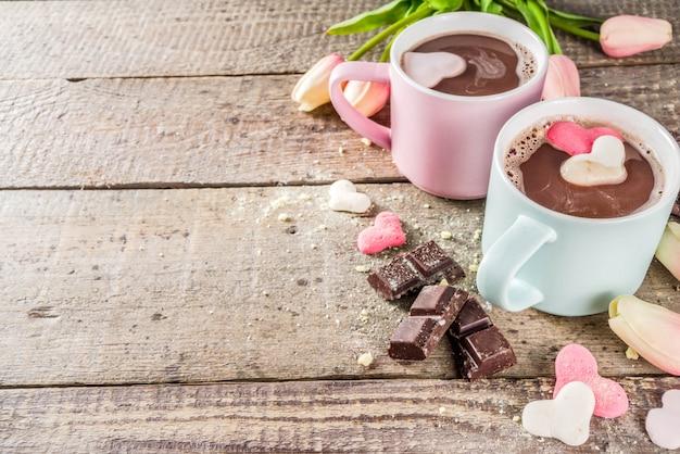 Getränk der heißen schokolade mit zwei schalen mit eibischherzen