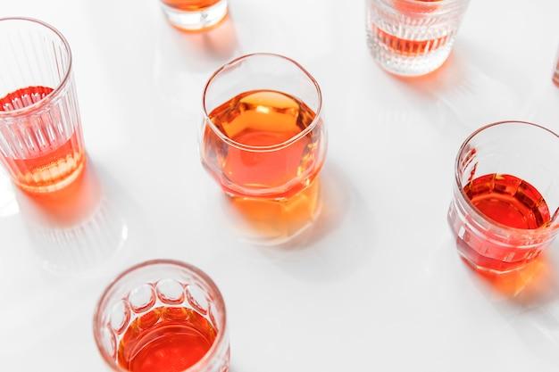 Getränk getrennt auf weißem hintergrund